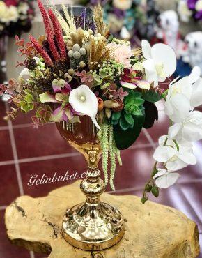 Karışık çiçeklerle hazırlanmış aranjman vazo çiçeği