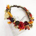kırmızı çiçek ve kurutulmuş özel otlarla hazırlanmış özel tasarım taç
